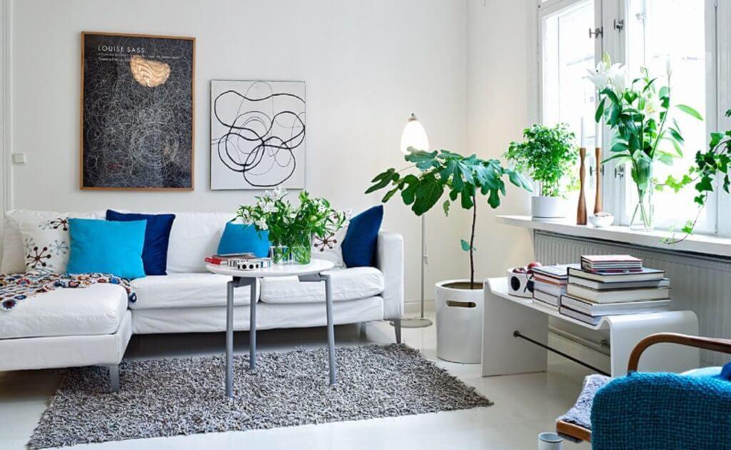 Яркие акценты в комнате в скандинавском стиле