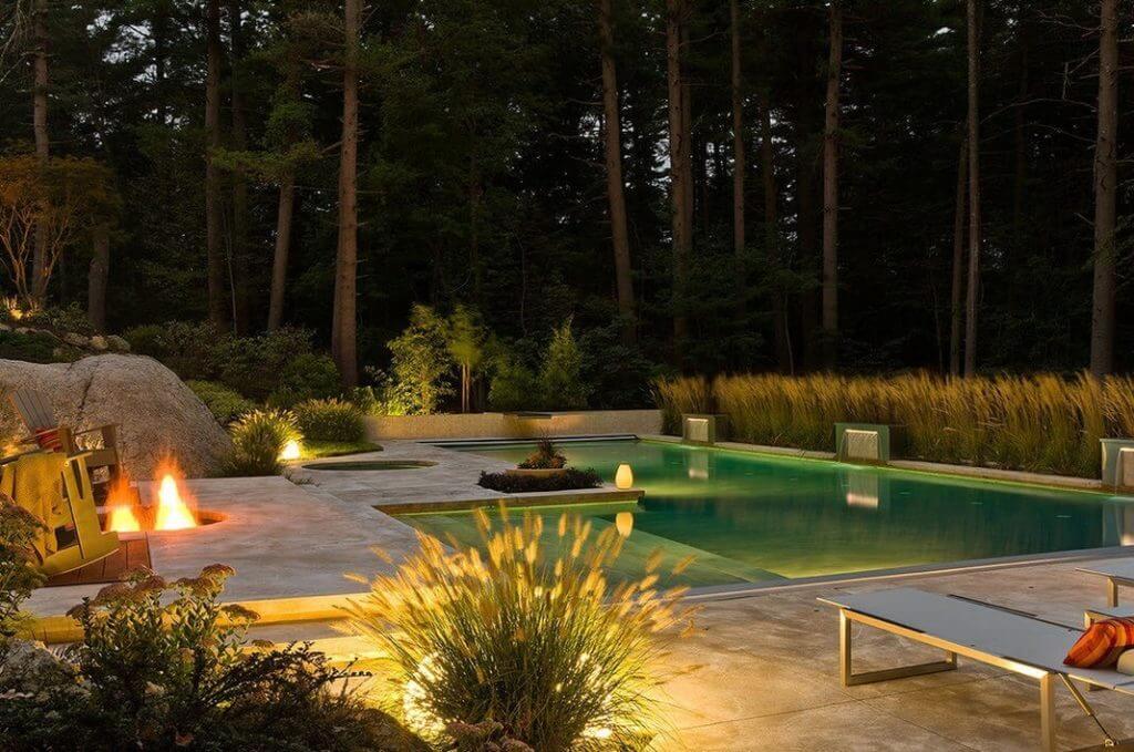 красивое освещение бассейна на даче