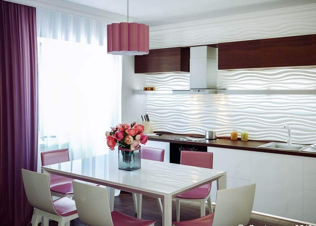 Белая кухня с яркими лиловыми акцентами