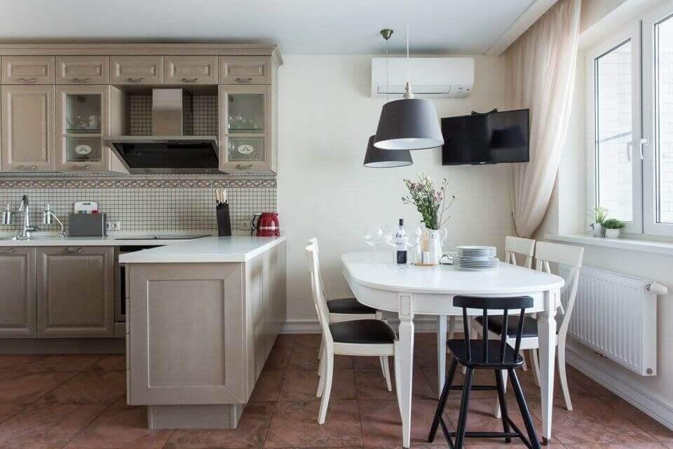 Овальный стол в интерьере кухни
