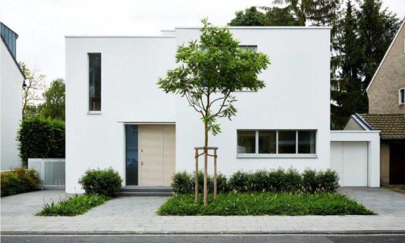 Белый фасад дома