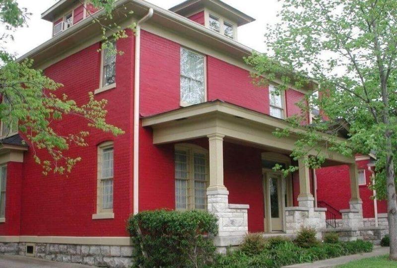 экстерьер дома красный фасад