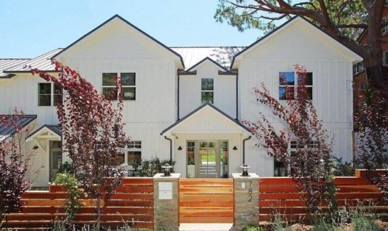 Дом фасада в белом цвете