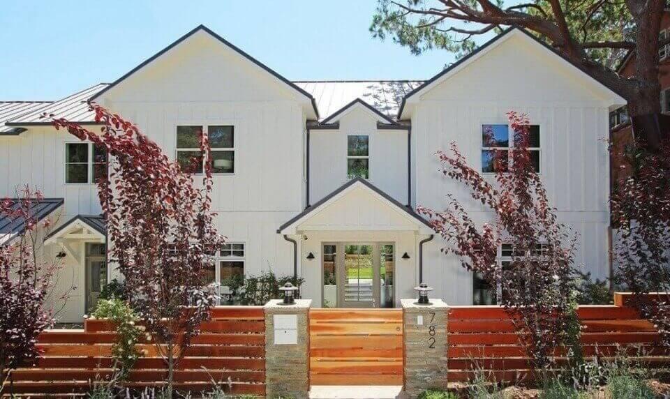 Будинок фасаду в білому кольорі