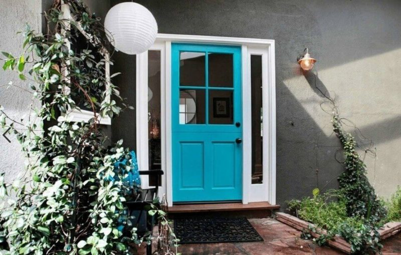 серый фасад голубые двери