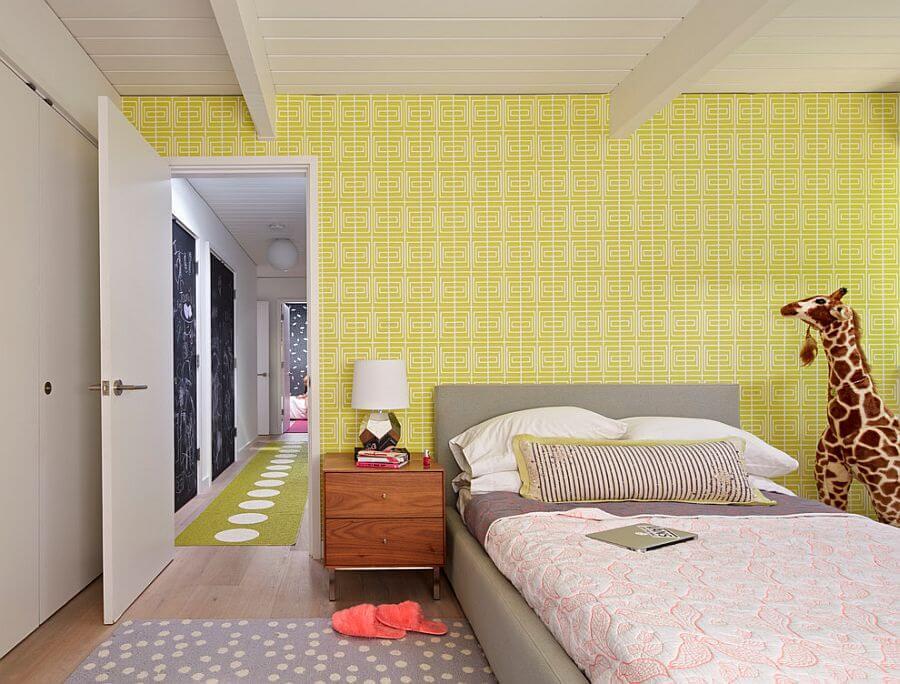 Яркие цвета обоев в интерьере детской комнаты