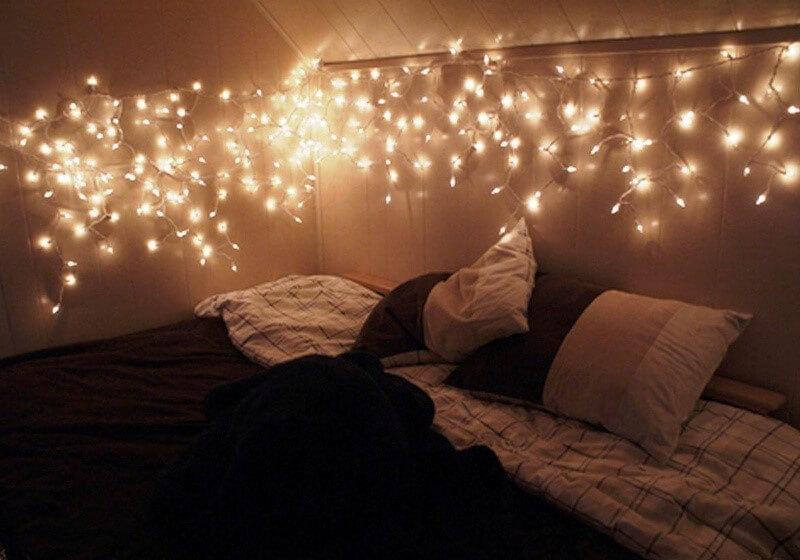 Декор стен гирляндой в спальне