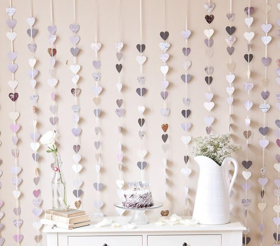 Гирлянда на стене из бумаги в форме сердца