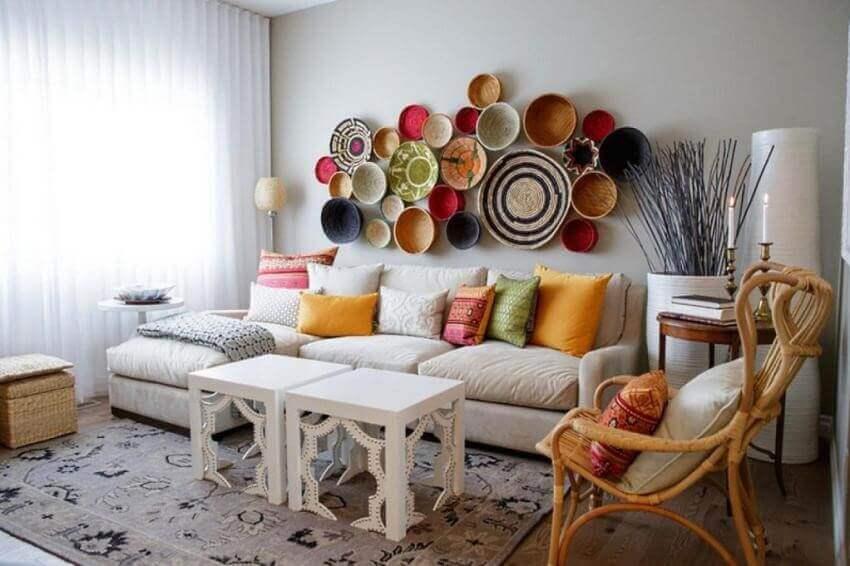 Тарелки из керамики в декоре стены гостиной