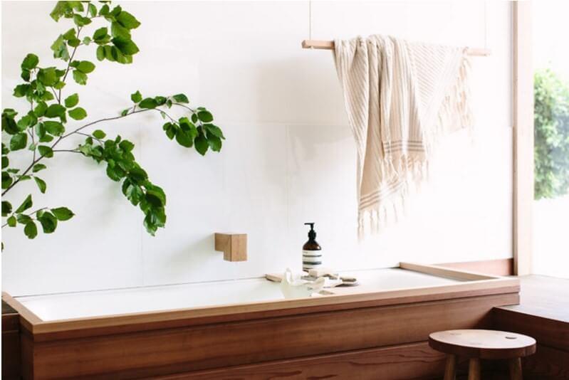 ветка в качестве декора в ванной