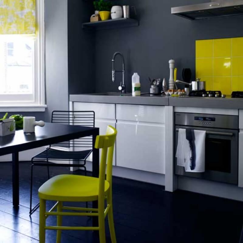 Салатовый цвет в качестве акцента на черно-белой кухне