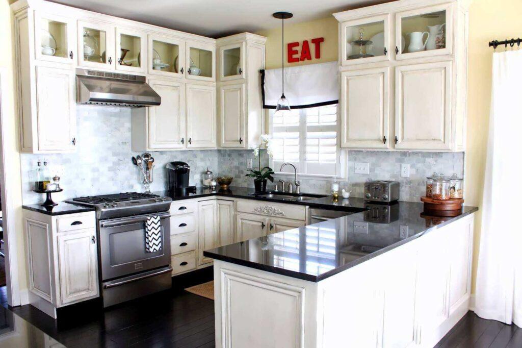 Черный пол на маленькой кухне