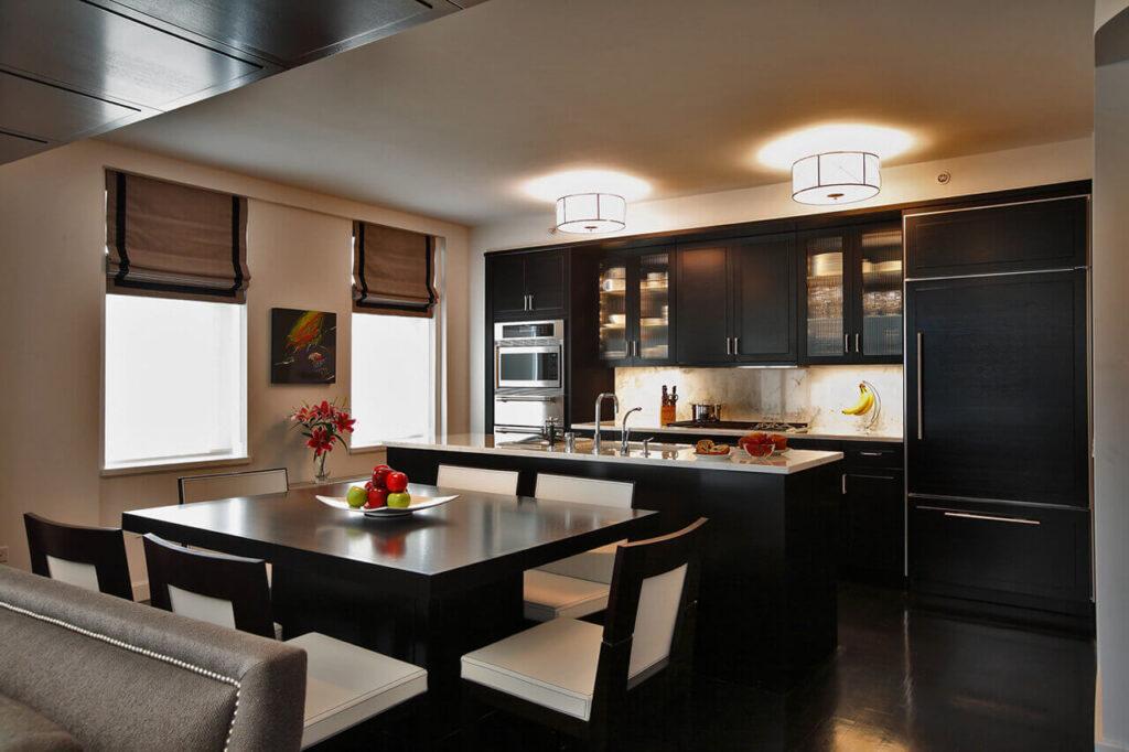 Черный пол и темный фасад встроенной кухни