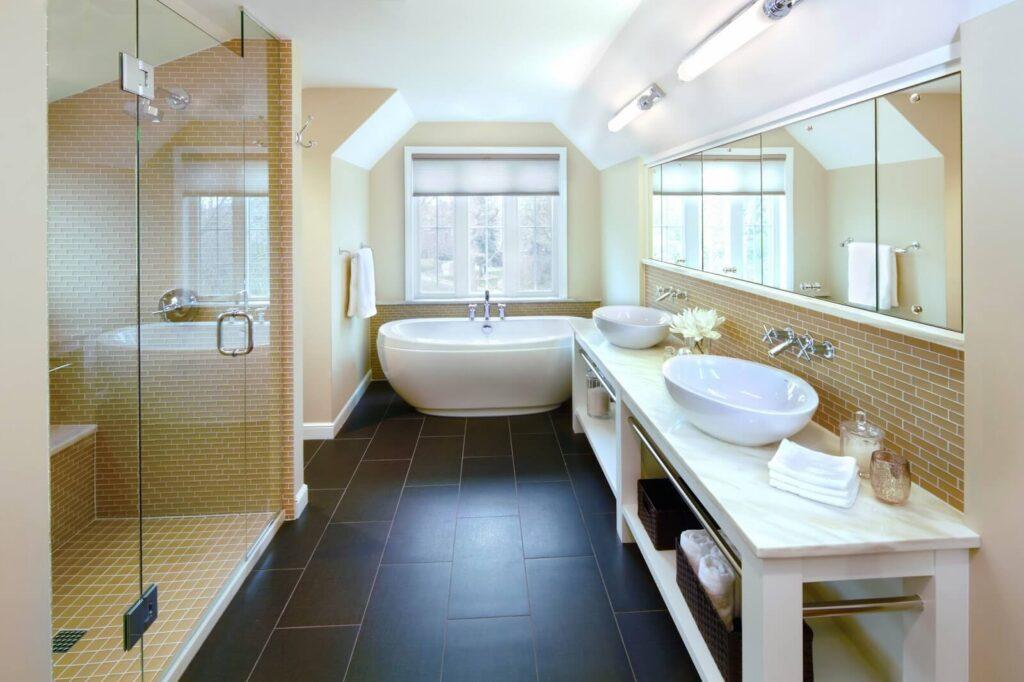 Черный пол в интерьере ванной комнаты