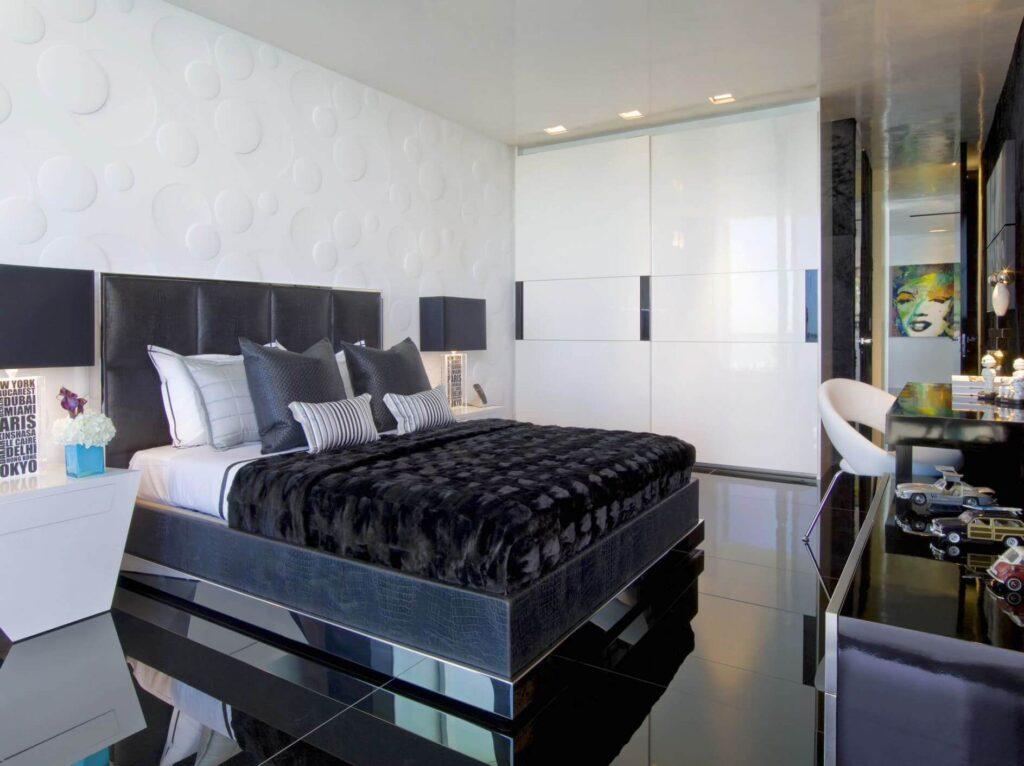 Глянцевый черный пол в интерьере спальни