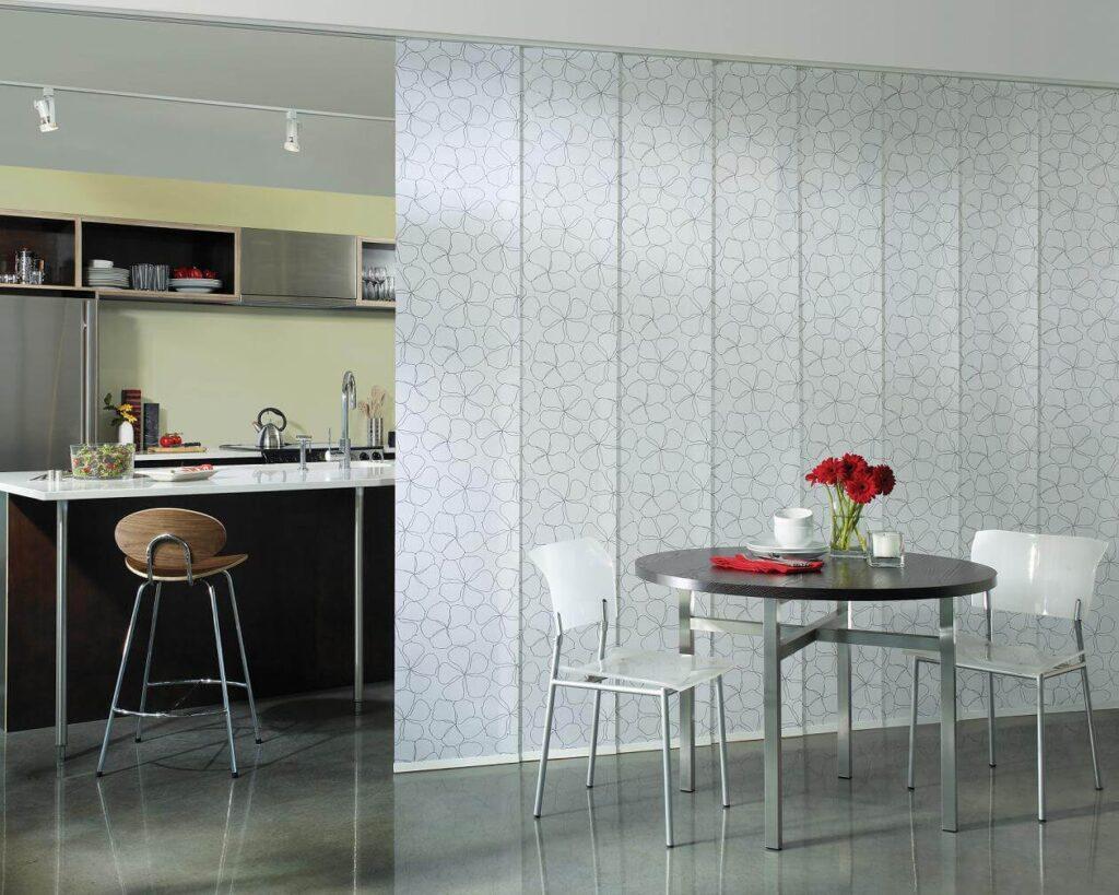 Японские шторы из льна в интерьере кухни