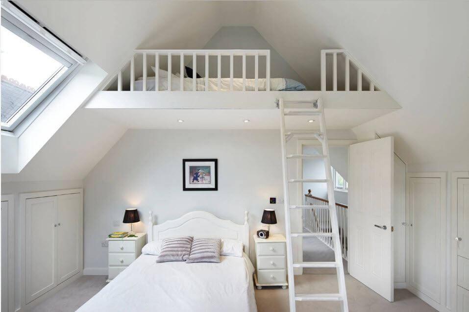 Кровать чердак с лестницей под наклоном