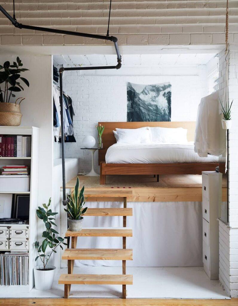 Надежная наклонная лестница в кровати чердаке