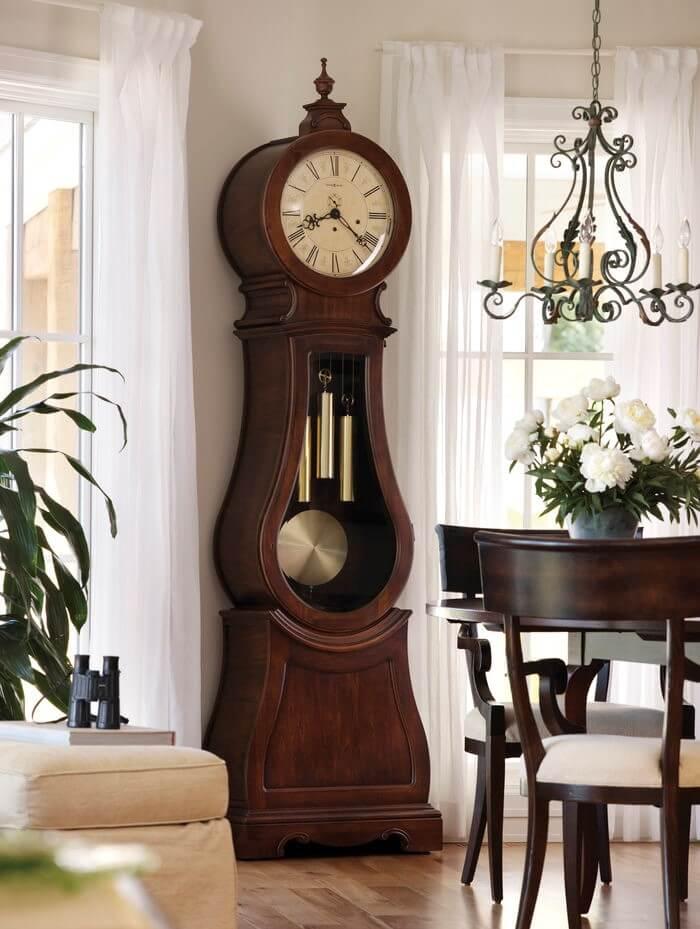 Большие напольные часы в спальне