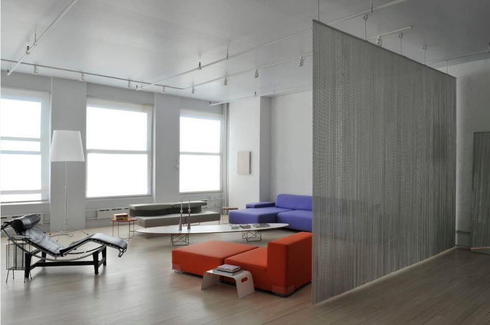 Зонирование гостиной шторами из нитей