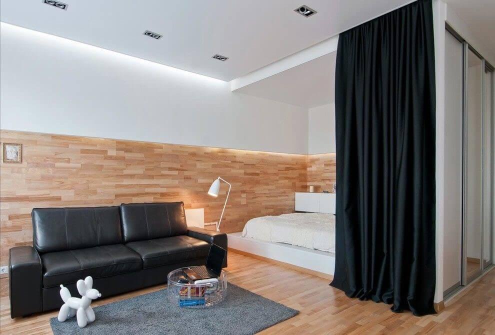 Контрастные черные шторы в светлой гостиной