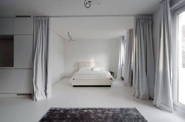 Зонирование комнаты серыми шторами
