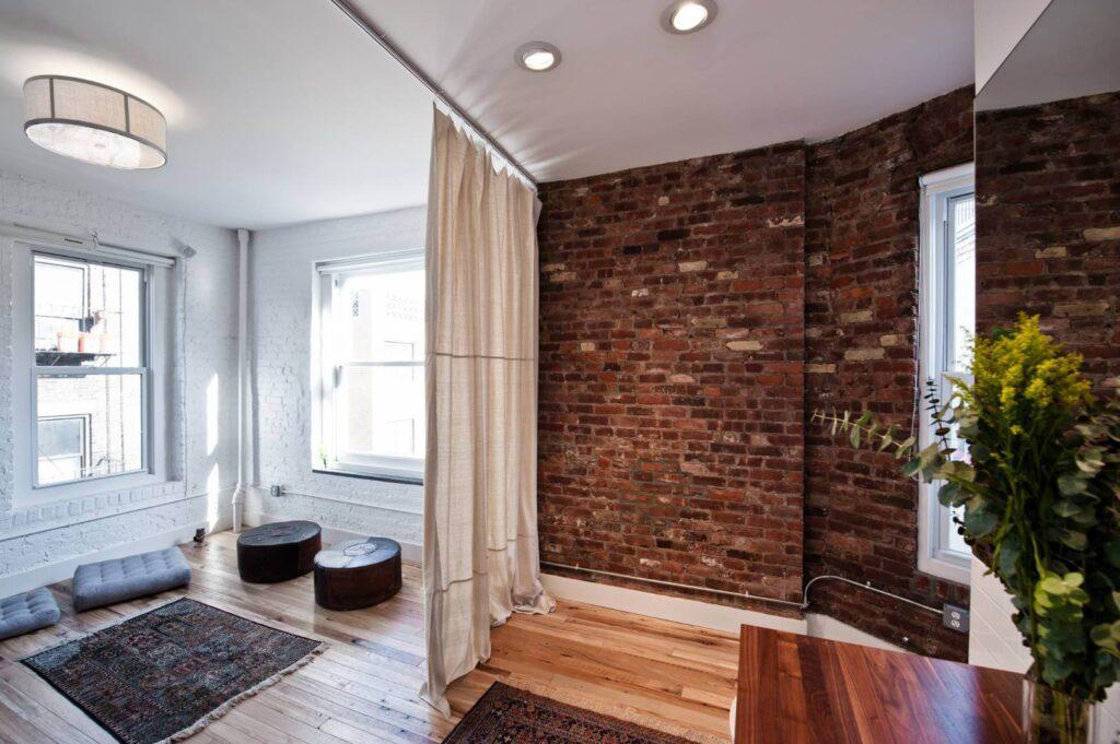 Зонирование небольшой комнаты шторами