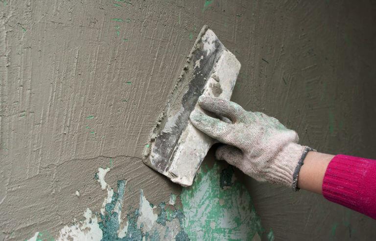 Нанесение стартового слоя шпаклевки на стену