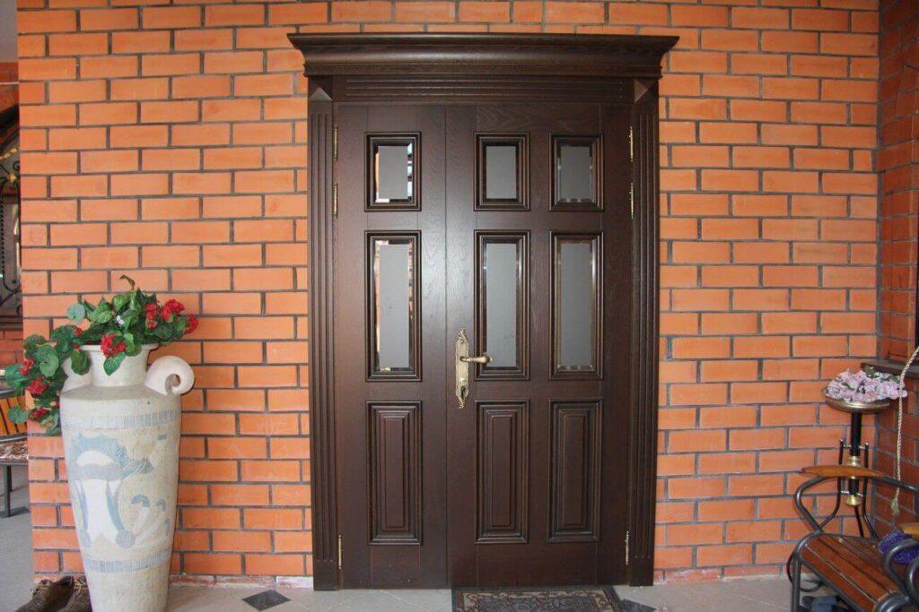 Бронированные двери со стеклянными вставками