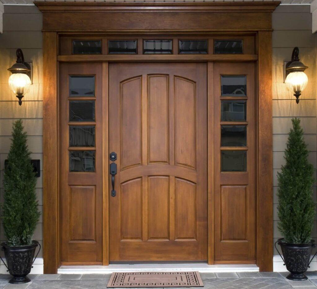 Деревянные входные двери в интерьере частного дома