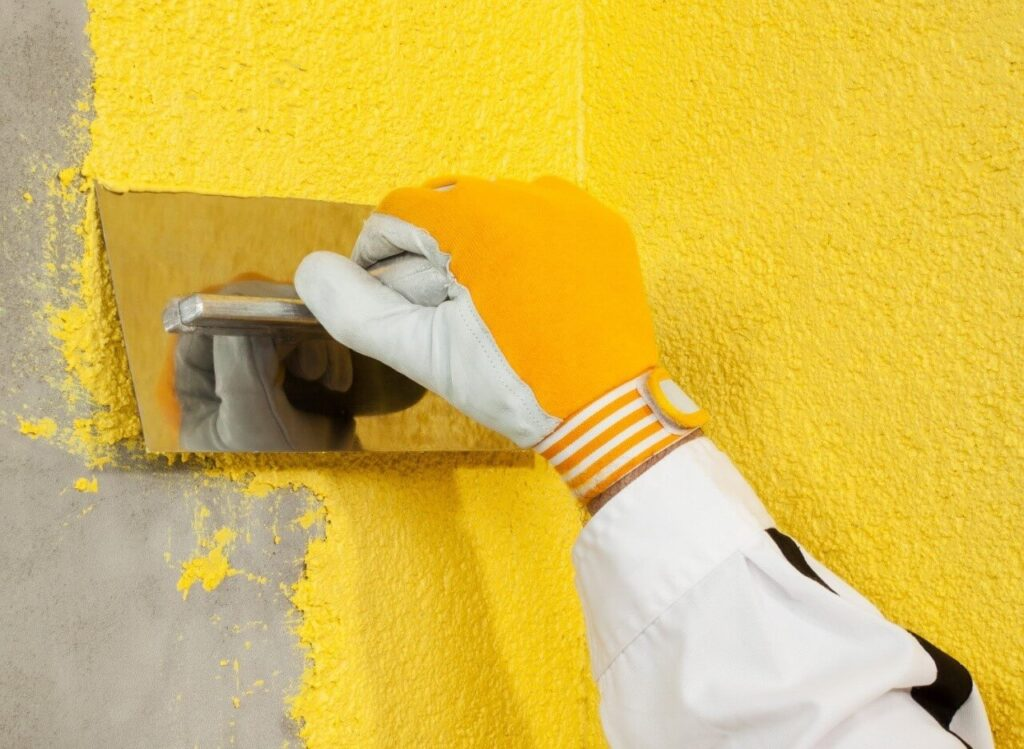 нанесення рідких шпалер на стіну