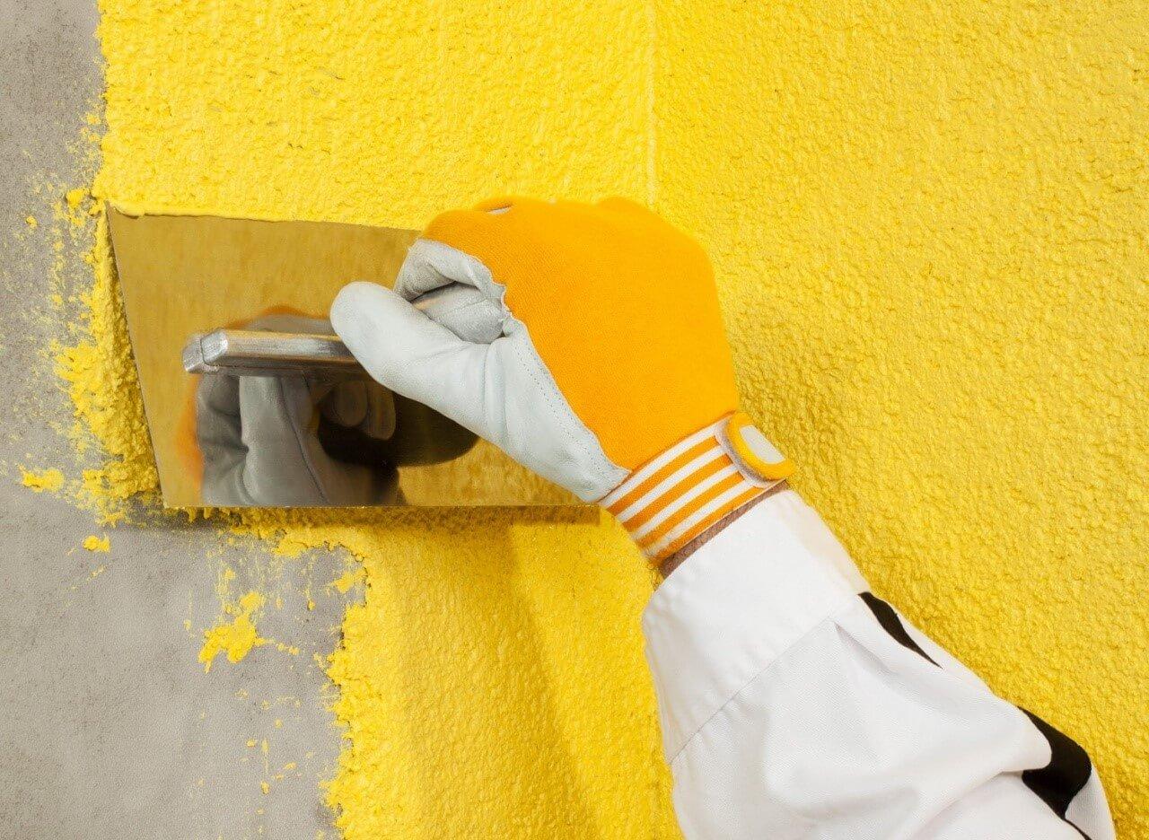 нанесение жидких обоев на стену