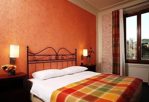 Рідкі шпалери в інтер'єрі спальні