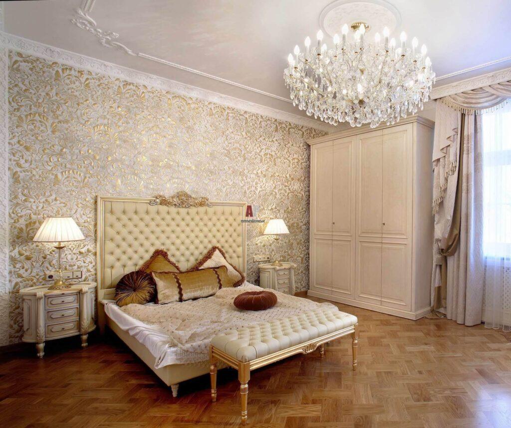 Золотисті рідкі шпалери в інтер'єрі спальні