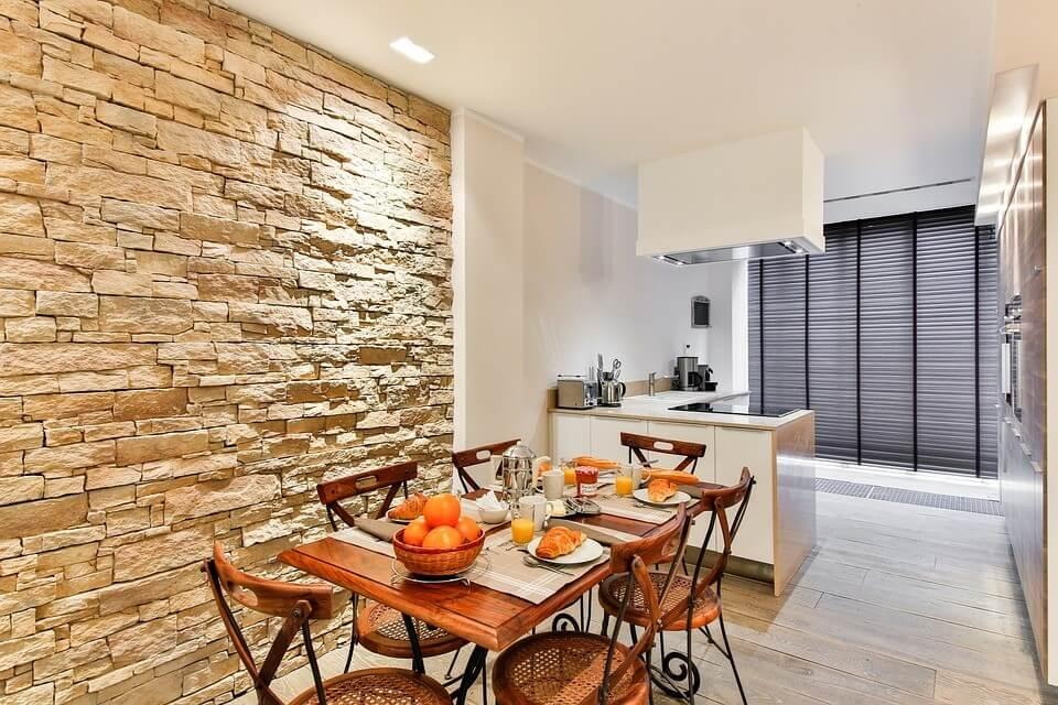 Камень в отделке стен кухни в стиле контемпорари