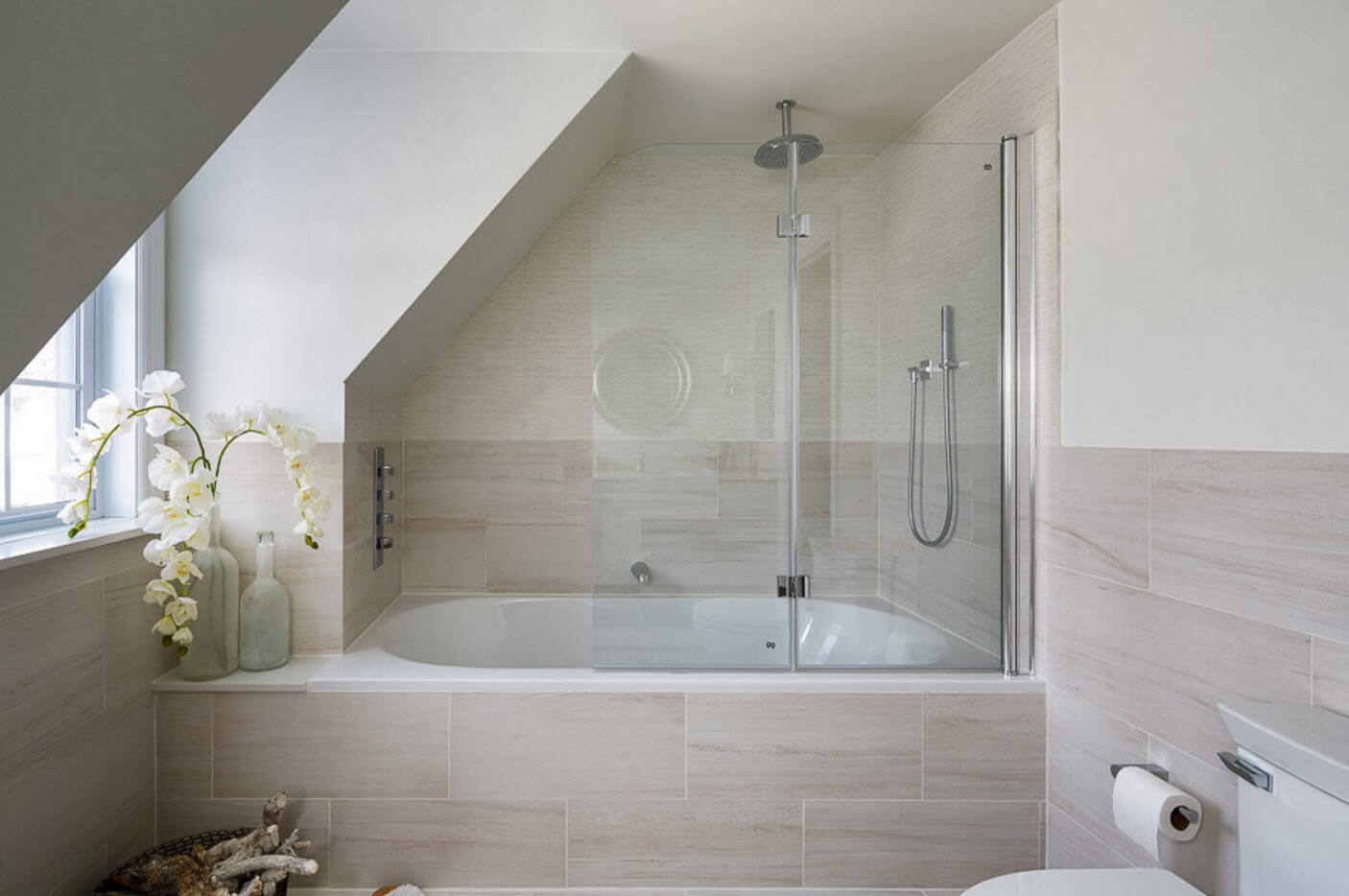 Светлая ванная комната в стиле контемпорари