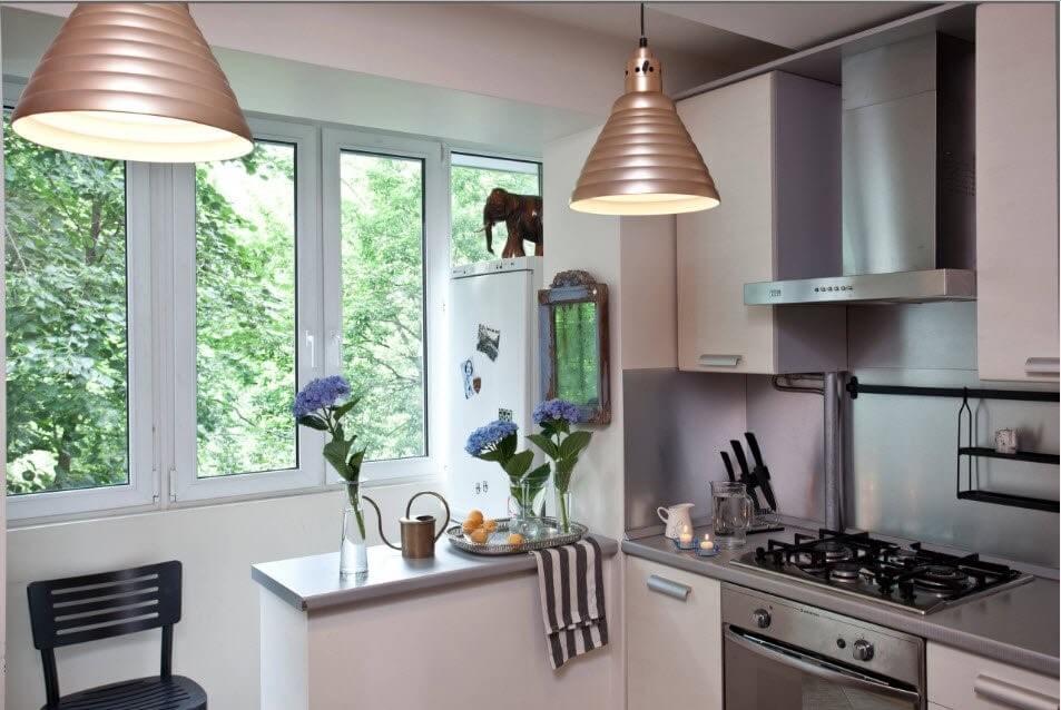 барна стійка на кухні з виходом на балкон