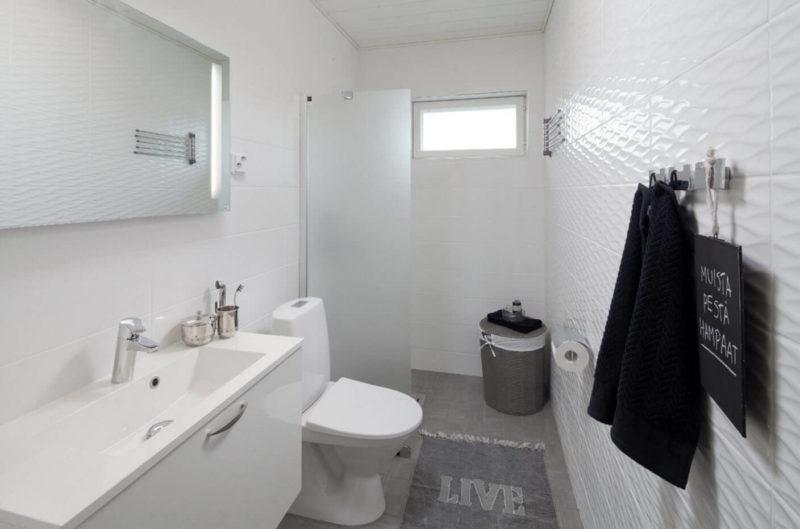 Белая небольшая ванная комната