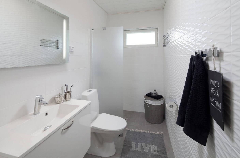 Біла невелика ванна кімната