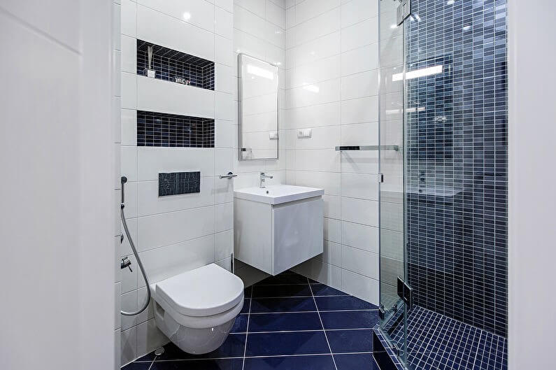 маленька ванна з душовою кабіною