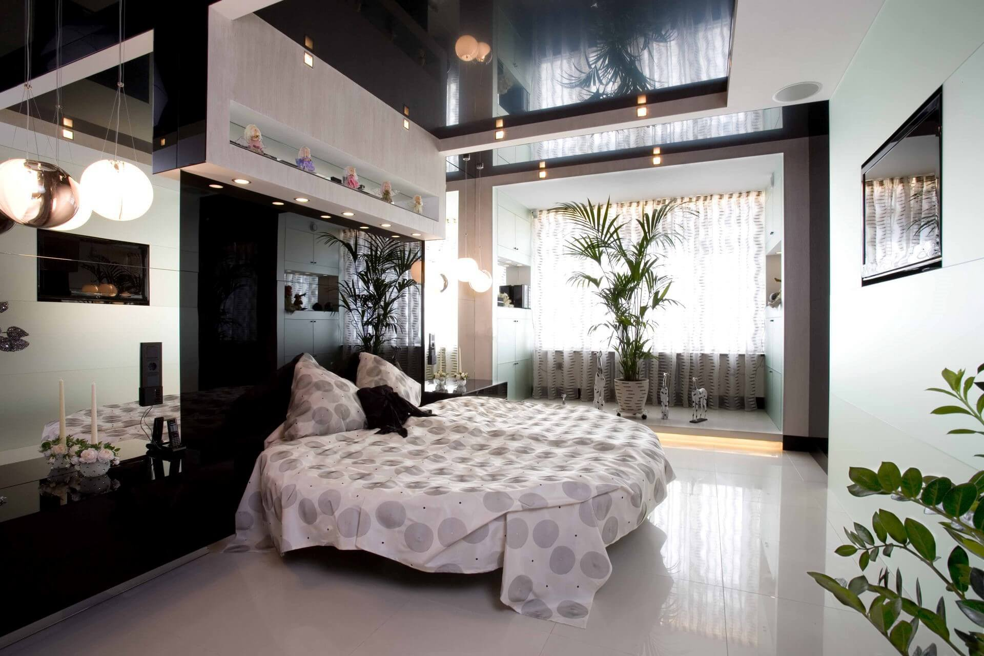 глянцевый натяжной потолок в спальне