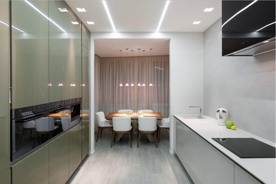 стол в интерьере кухни с выходом на балкон