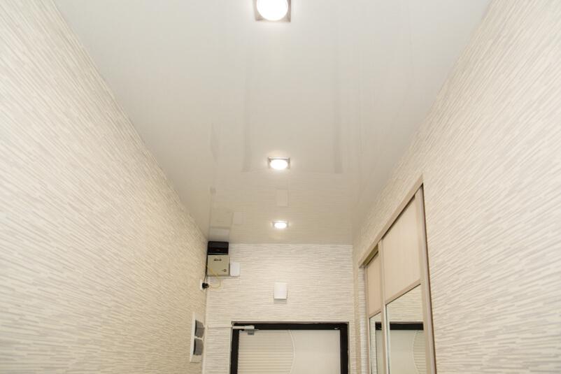 натяжна стеля коридор