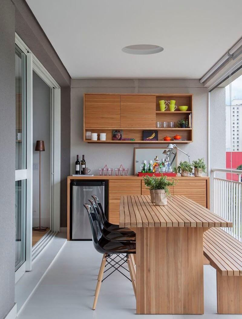 стіл на балконі