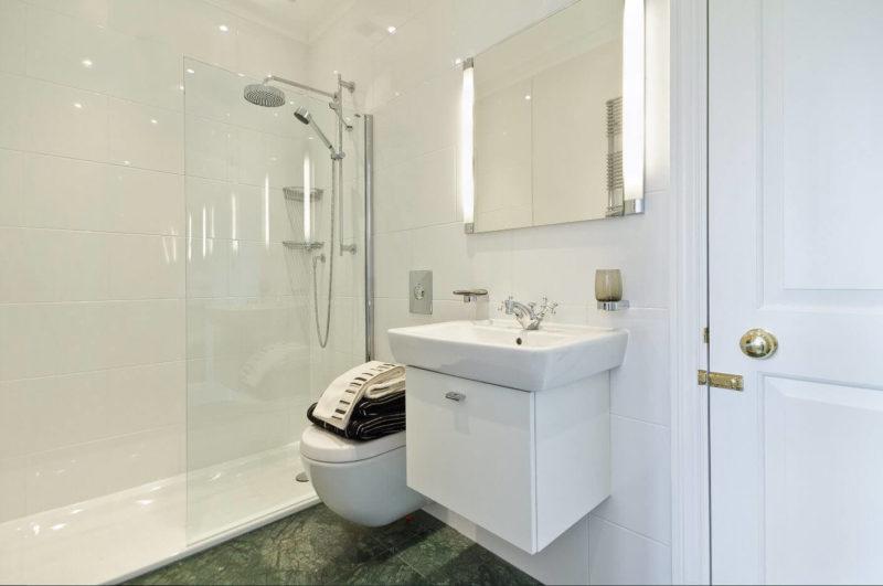 светлые стены в ванной