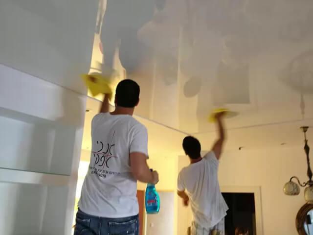 уход за глянцевым потолком