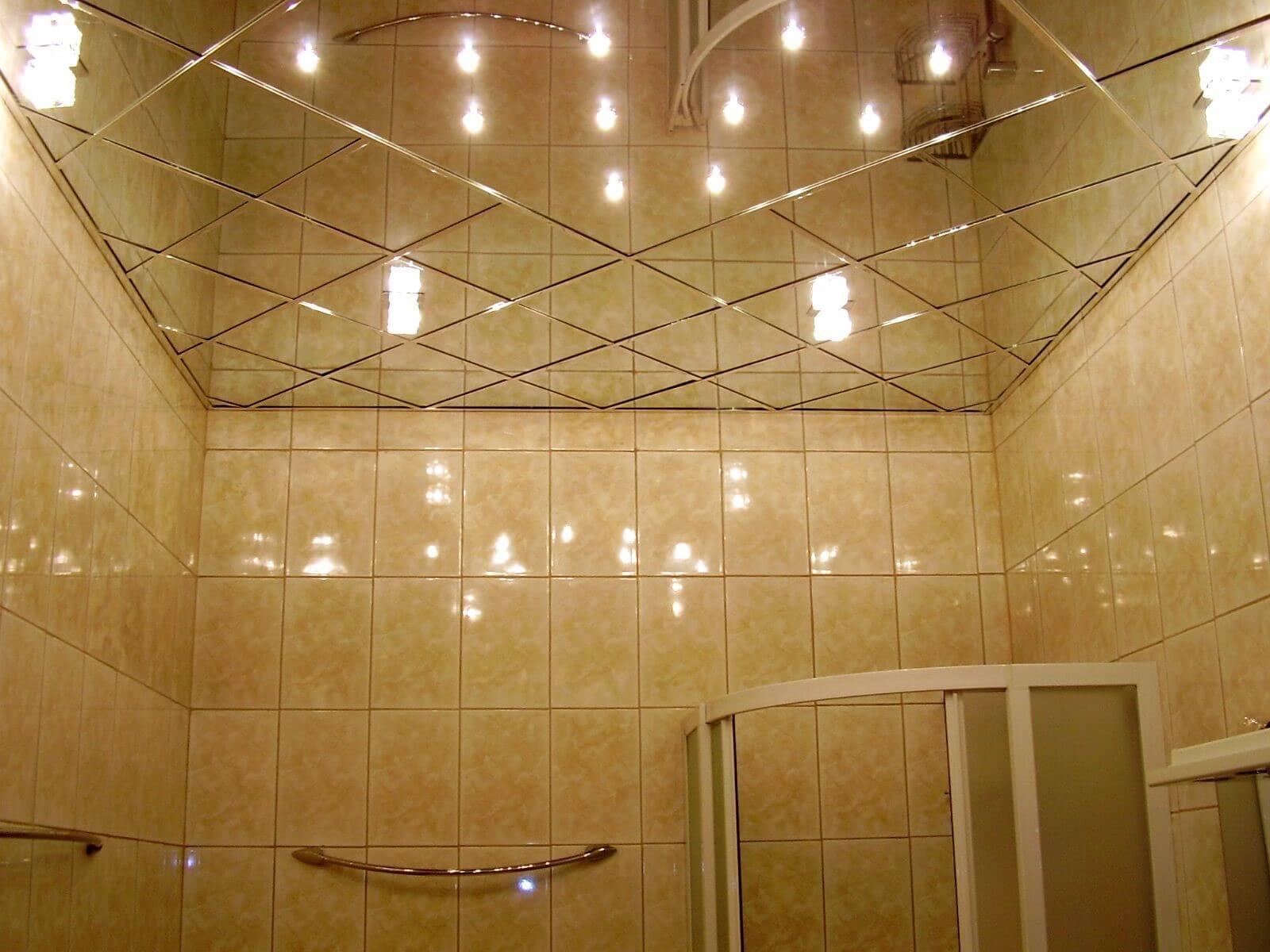 дзеркальна стеля в ванній