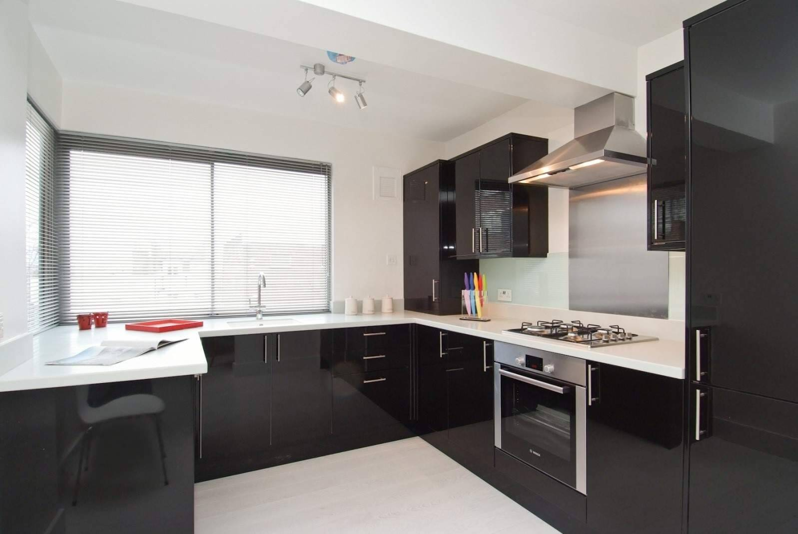 білі шпалери на кухні