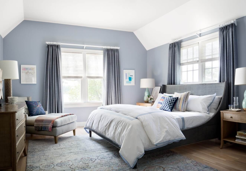 світло-блакитні шпалери в спальні
