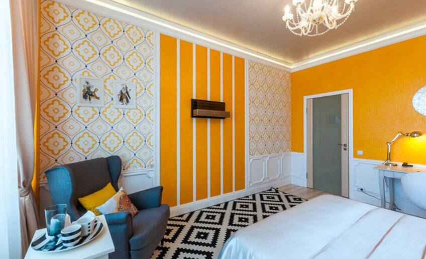 вертикальная поклейка обоев в спальне